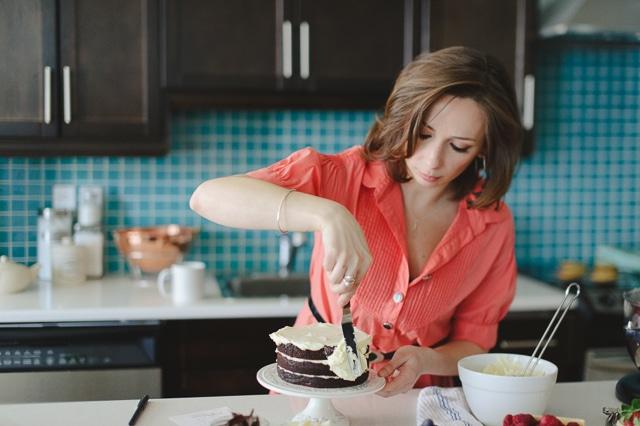Janice Lawandi frosting a cake